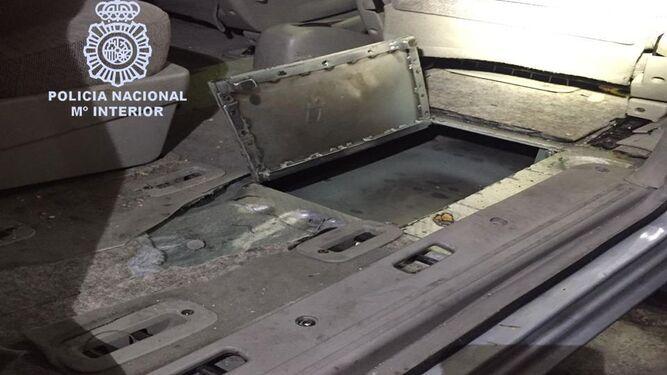 El interior de un vehículo manipulado para ocultar la droga