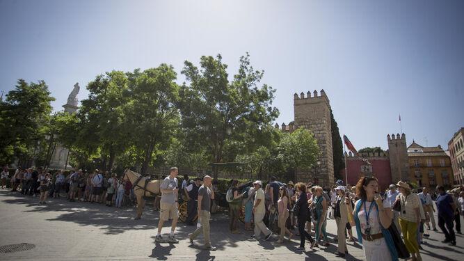 Largas colas de turistas en el Alcázar de Sevilla, en una imagen del pasado verano.