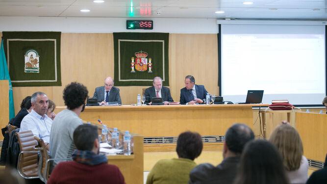 El presidente de la Diputación de Sevilla, Fernando Rodríguez Villalobos, presidiendo el último Pleno de 2017.