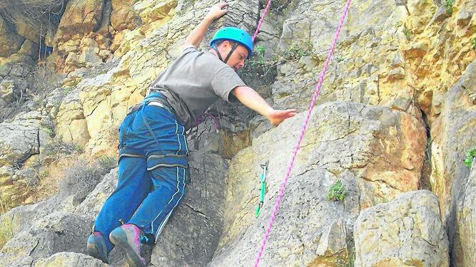La escalada, natural o artificial, es una de las múltiples actividades de aventura al aire libre que se proponen en este catálogo de la Diputación de Sevilla.