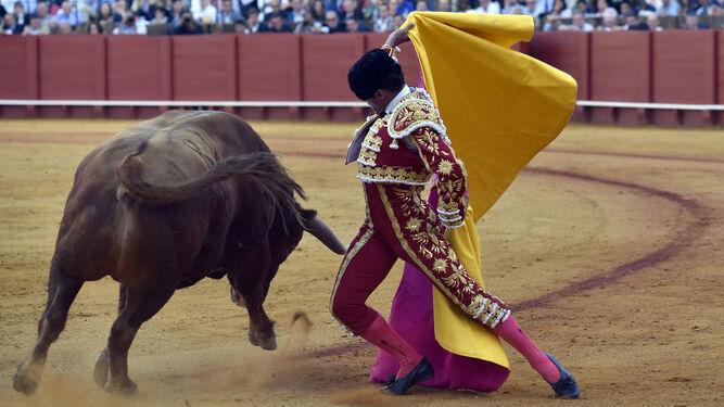 Antonio Ferrera, en un quite en su actuación del 6 de mayo en la plaza de Sevilla.