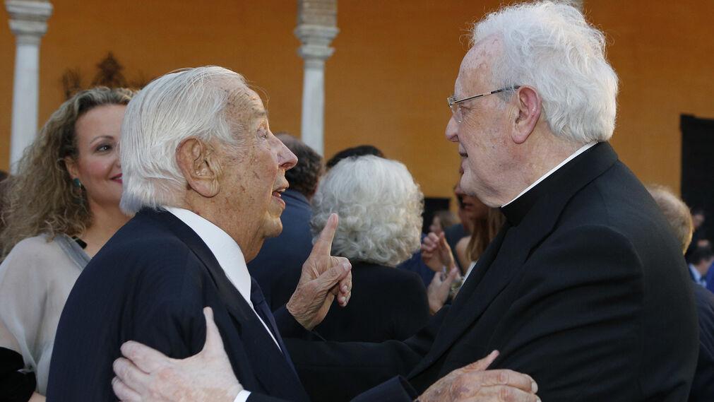 Manuel Olivencia junto al Cardenal Amigo Vallejo.