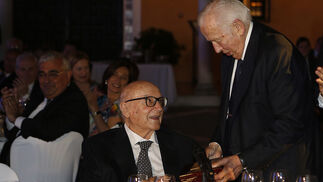 Manuel Olivencia habla con Manuel Clavero durante la entrega de su premio.
