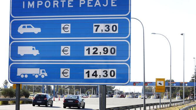 El peaje de Lebrija de la AP-4, en una imagen de ayer, día en el que se estrenaron los nuevos precios para el penúltimo año de pago de esta carretera.