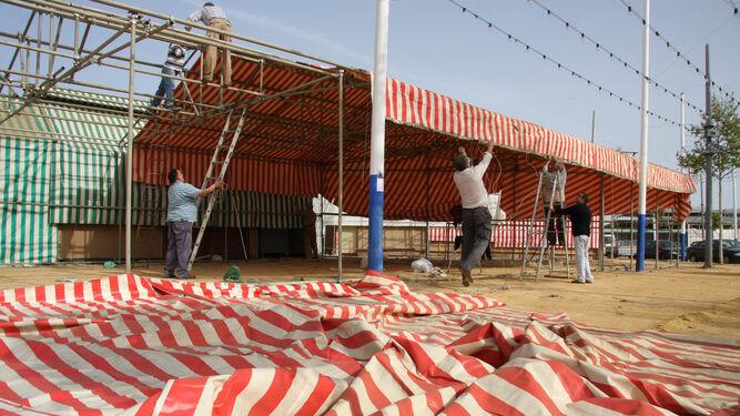 Montaje de la estructura de tubos en una caseta de la Feria.