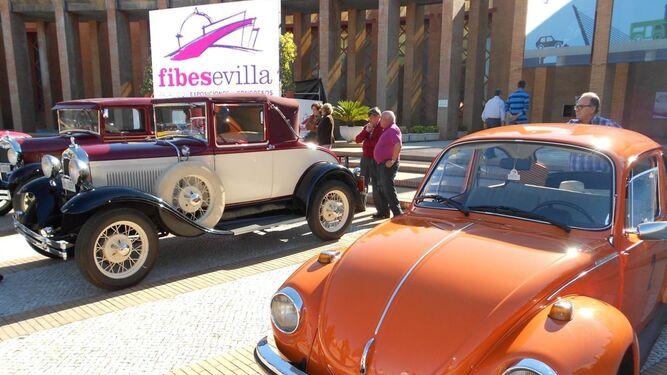 Dos coches antiguos en la exposición del Palacio de Congresos de Sevilla, que ahora tendrán que pagar sello del coche.
