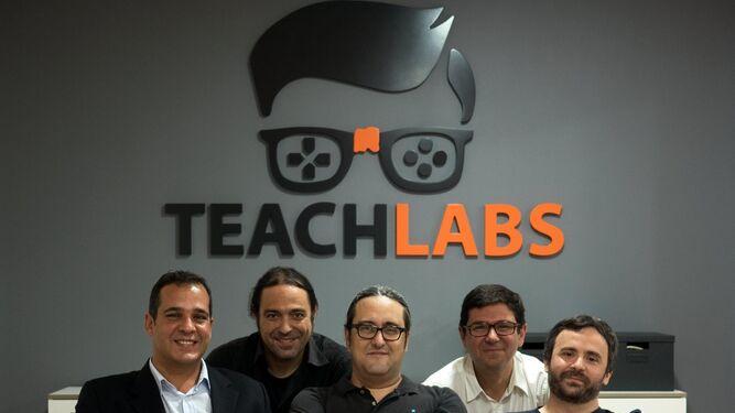 1. Ismael Medina, Román Muñoz, Juanma Liceras, Francis Parras y Martín Bustos. 2 y 3. 'Spice Pi' es el primer producto de Teachlabs, un juego con los contenidos de Matemáticas de primero de Secundaria.