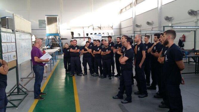 Un grupo de alumnos que se forman en las instalaciones de MD Aeronéutica en Gelves.