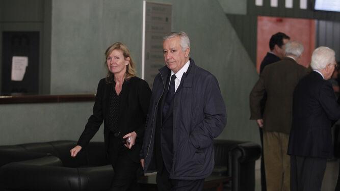Macarena Olivencia, hija del catedrático fallecido, junto a su marido, Javier Arenas, vicesecretario del PP para asuntos territoriales.
