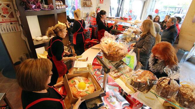1. Confiterías y panaderías se llenan de personas buscando los roscones de Reyes. 2. La corona no puede faltar para el rey momentáneo que encuentre el regalo en el interior del dulce.