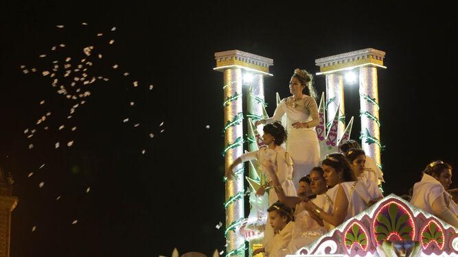 Palas Atenea lanza caramelos a los presentes cuando la noche ha cubierto la ciudad.