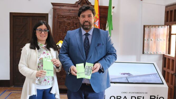 El alcalde de Lora del Río y la concejala de Desarollo Local.