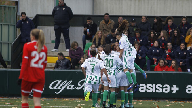 Las jugadoras del Betis celebran el tanto de Rocío Gálvez.