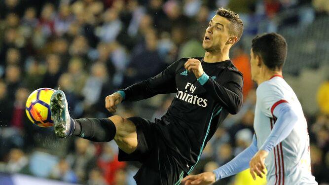 Ronaldo trata de controlar un balón.