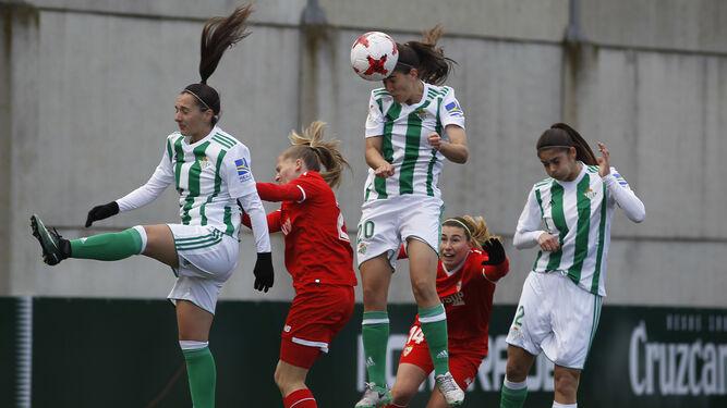 La central verdiblanca Rocío Gálvez cabecea el balón para anotar el único gol del partido.