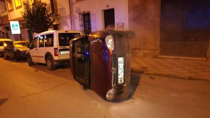 Un coche volcado en una calle de Pedrera