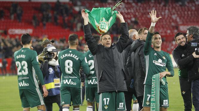 Joaquín porta una bandera del Betis, con Sergio León a su lado.