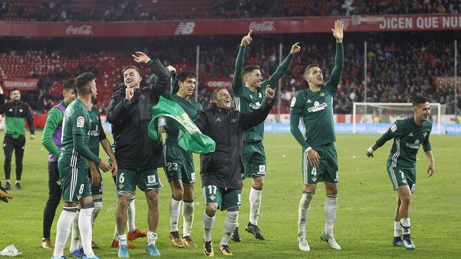 Los jugadores béticos celebran el triunfo sobre el Sánchez-Pizjuán.