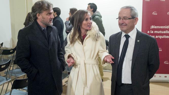 La arquitecto Noemí Sanchís, entre el consejero de Medio Ambiente, José Fiscal, y su predecesor, Luis Cano.