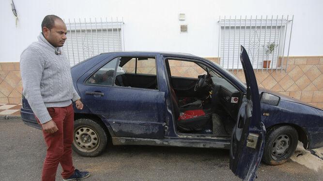 Un ciudadanos rumano muestra el estado en el que ha quedado su coche tras los altercados