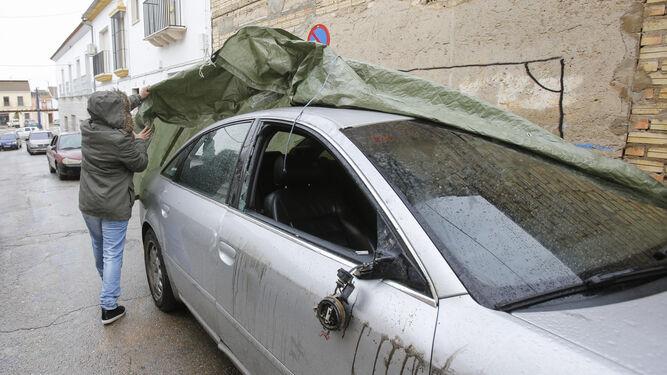 Uno de los coches destrozados en Pedrera.