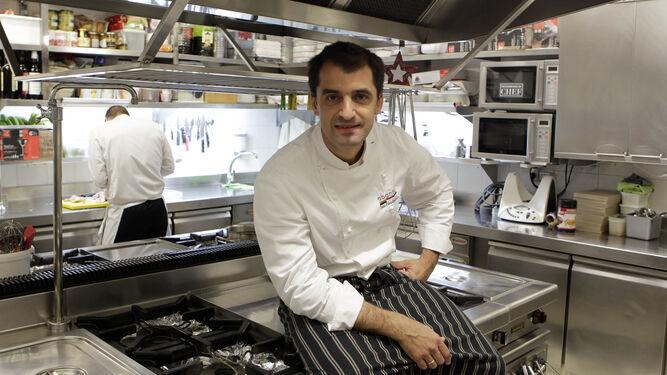 El chef Julio Fernández Quintero, junto al fotógrafo Jaime Martínez, es el autor del libro, diseñado por Páginas del Sur.