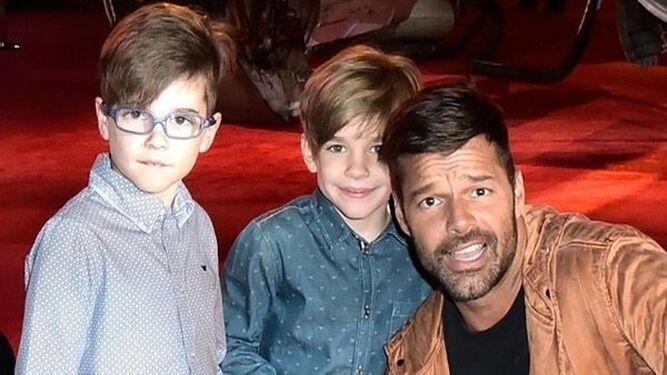 Martin posa con sus dos hijos, Matteo y Valentino, de nueve años.