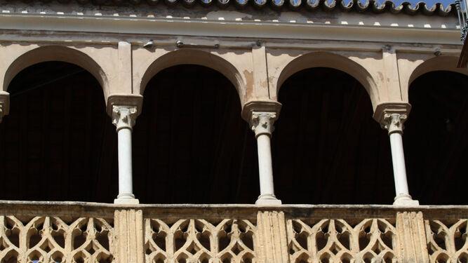 Mirador con antepecho de estilo gótico.