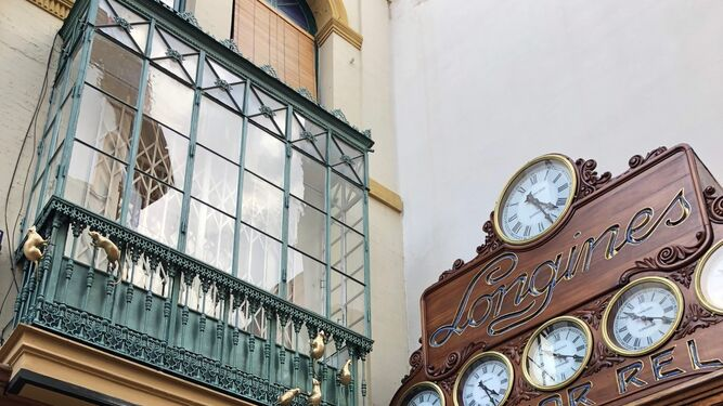 Las esculturas de las ratas en el balcón de la casa Monardes, en Sierpes.