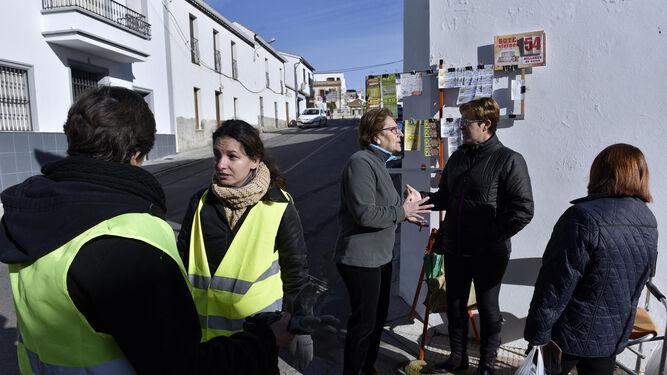 Vecinas y trabajadoras del PFOA coinciden en una calle de este pueblo de la sierra.
