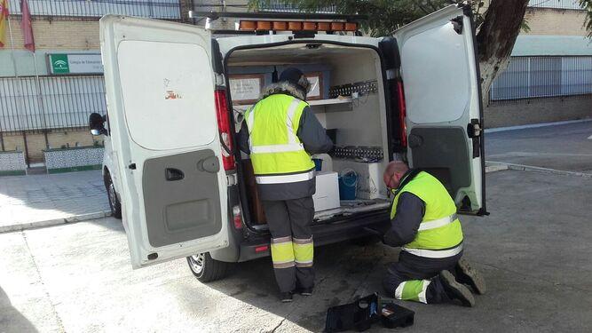 Técnicos del zoosanitario preparan los materiales para intervenir.