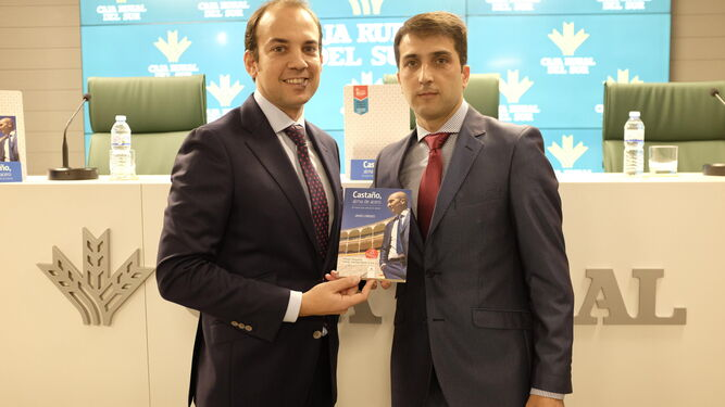 El periodista Javier Lorenzo y el matador de toros Javier Castaño, con el libro 'Castaño, alma de acero'.