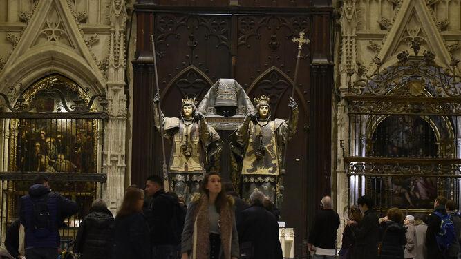 Turistas en el interior de la Catedral. / JUAN CARLOS VÁZQUEZ