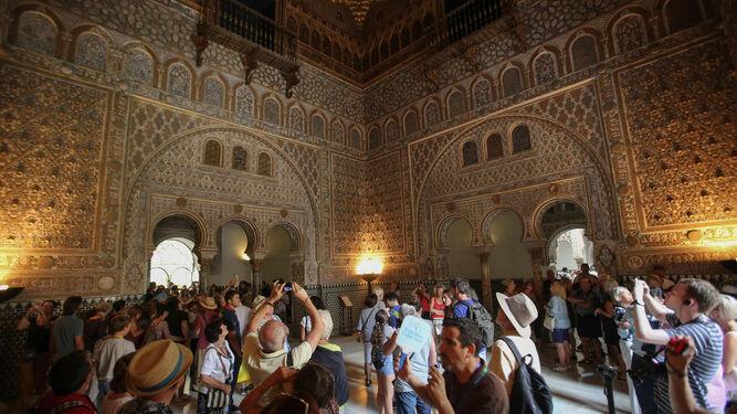 Una de las estancias del Alcázar repleta de visitantes