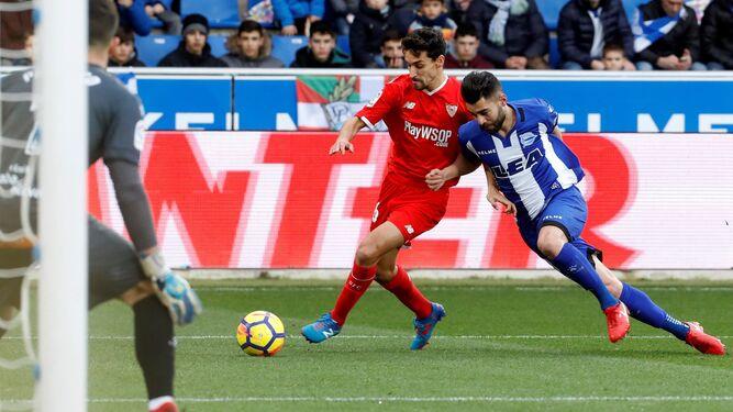 Jesús Navas protege el balón de un rival.