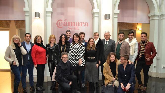 Artesanos de la moda flamenca, junto a las autoridades y el presidente de la Cámara de Comercio de Sevilla, ayer.