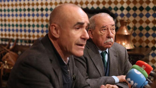 Muñoz y Zoido, en el encuentro con los periodistas en la Casa de Salinas.