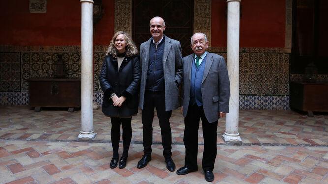 La directora general de Cultura, Isabel Ojeda, y el delegado Antonio Muñoz, ayer con Antonio Zoido.