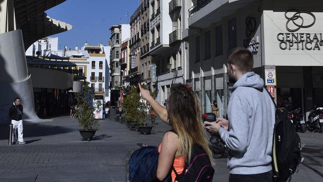 Una turista señala el edificio de las setas de la Encarnación.