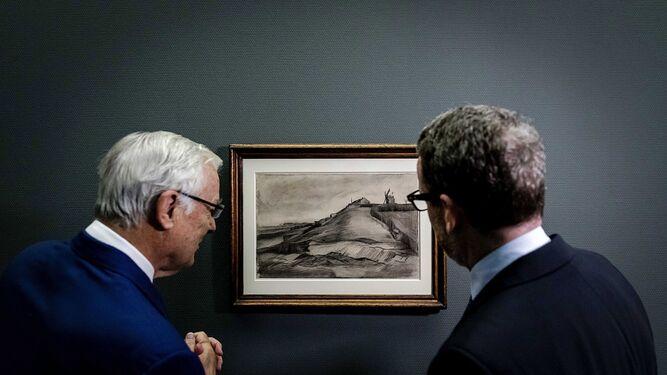 El director del Museo Van Gogh, ante 'La colina de Montmartre con una cantera'.