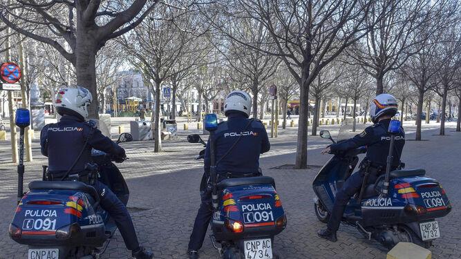 Tres motoristas del Grupo Hércules de la Policía Nacional comienzan su turno, ayer por la tarde en la comisaría de la Alameda de Hércules.