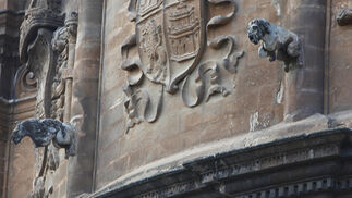 La limpieza  de la Capilla Real de la Catedral, en imágenes