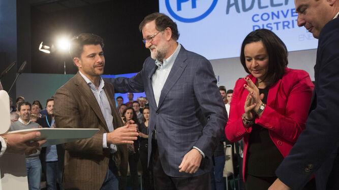 Rajoy sonrie al portavoz municipal del PP Beltrán Pérez en presencia de Virginia Pérez y Juan Manuel Moreno.