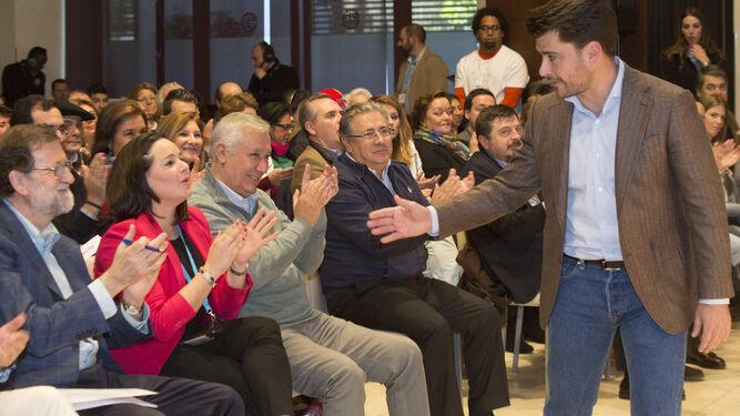 El auditorio aplaude a Beltrán Pérez mientras se dirige al atril para tomar la palabra.
