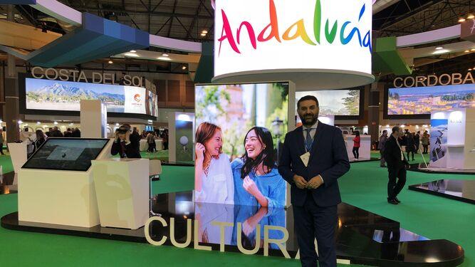 El consejero de Turismo y Deporte, Francisco Javier Fernández, posa momentos después de esta entrevista en el expositor andaluz en Fitur.