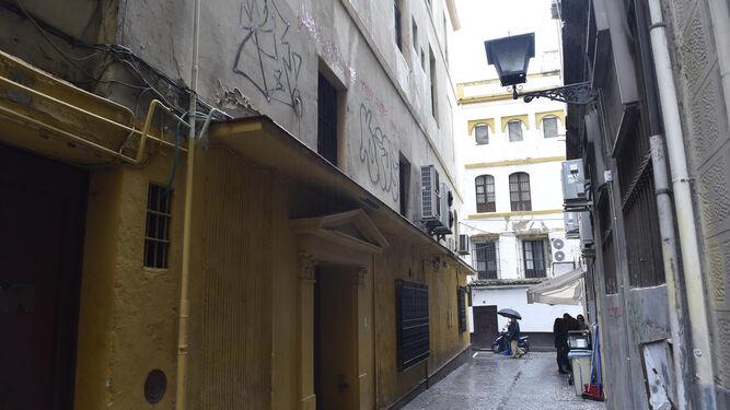Vista de la fachada hacia la calle Vargas Campos.