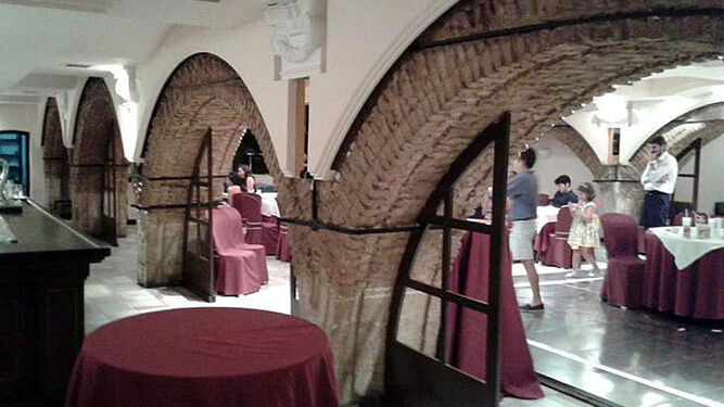 El informe incluye fotografías del antiguo salón de celebraciones donde se aprecía la arquería del templo.