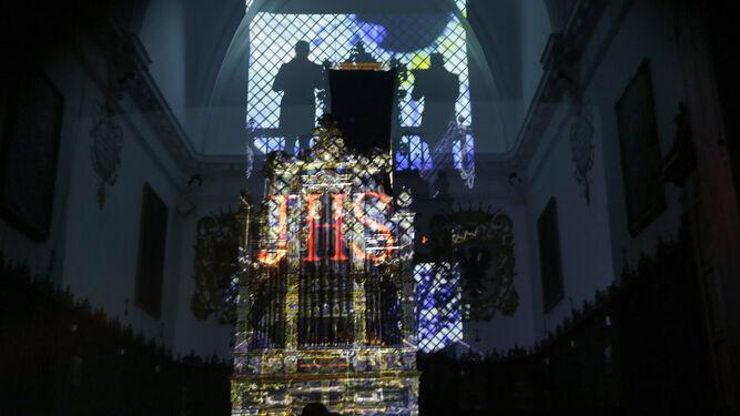 Arriba, silueta de las voces que actuaron durante el concierto.