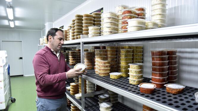 Manuel Castellano, propietario de la empresa, con la comida ya lista para enviar.
