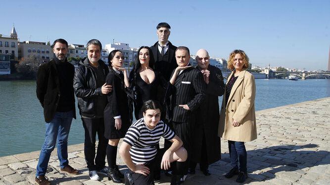 1. El elenco de actores con los responsables del espectáculo y las autoridades, en la presentación de ayer. 2. Una de las escenas del musical, que actualmente se representa en Madrid.